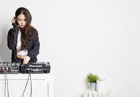 female dj instructor